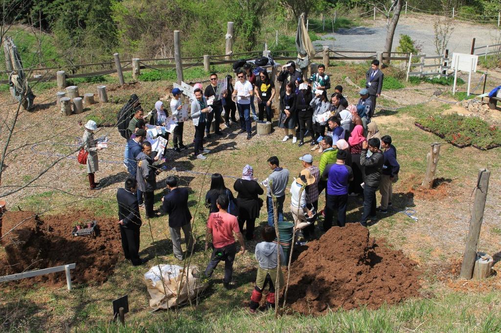 ブルネイとインドネシアから研修生が植栽体験に来ました。